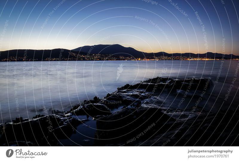 Nachtansicht von Tranmere am Fluss Derwent in Hobart, Tasmanien schön Sommer Sonne Meer Wellen Berge u. Gebirge Felsen Stadt Muschel dunkel lang blau Australien