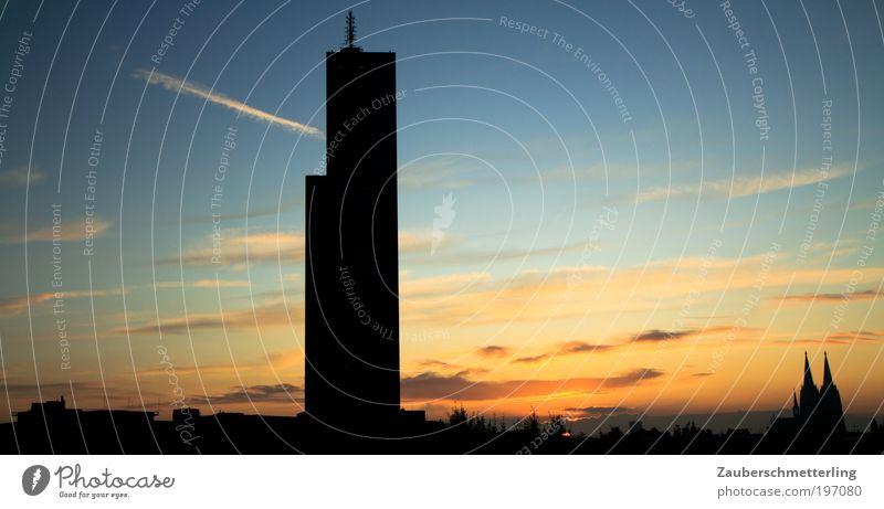 Skyline Köln Himmel Wolken Stadt Hochhaus Dom Ferne Wärme blau gold Stimmung Farbfoto Außenaufnahme Menschenleer Textfreiraum rechts Morgen Morgendämmerung
