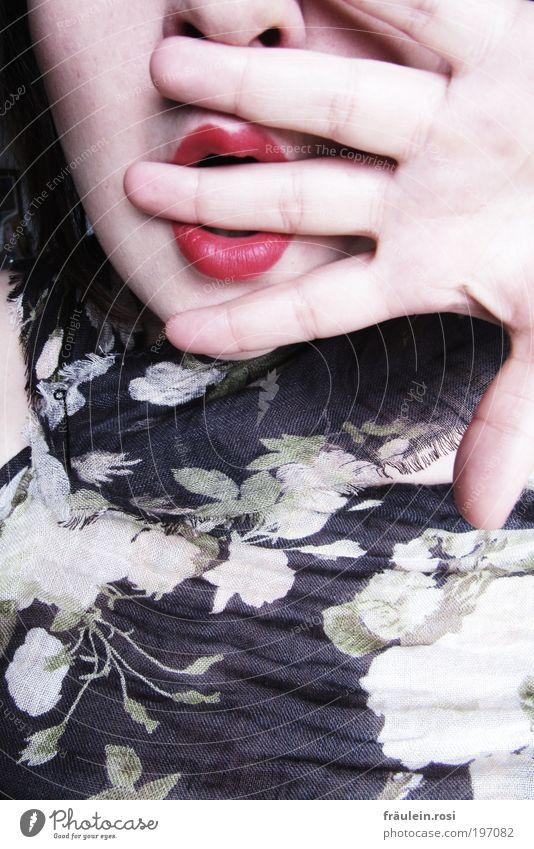 keinen mux Jugendliche Hand ruhig Erwachsene Gesicht Nase Finger Stoff Lippen 18-30 Jahre Todesangst bleich Verzweiflung Überraschung Junge Frau Schal