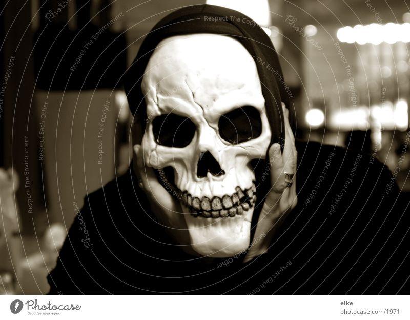 ein phantom im restaurant Mensch Hand Maske Karneval Restaurant obskur