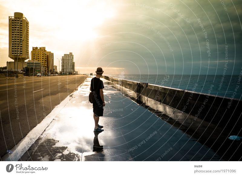 Da schau her Leben Zufriedenheit Ferien & Urlaub & Reisen Städtereise Haus Mensch maskulin Junger Mann Jugendliche 30-45 Jahre Erwachsene Wasser Küste Meer