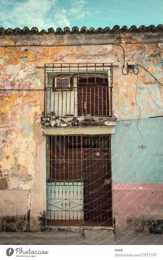 Kontrolliertes Ableben Ferien & Urlaub & Reisen Stadt Haus Straße Fassade Häusliches Leben retro dreckig Tür trist Kultur Armut Vergänglichkeit geschlossen