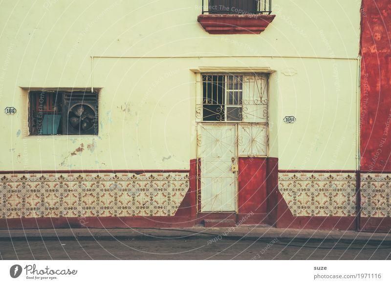 Haus ohne Garten Fenster Wärme Wege & Pfade Fassade Häusliches Leben Dekoration & Verzierung Tür Kultur Armut Vergänglichkeit geschlossen kaputt Fußweg einfach