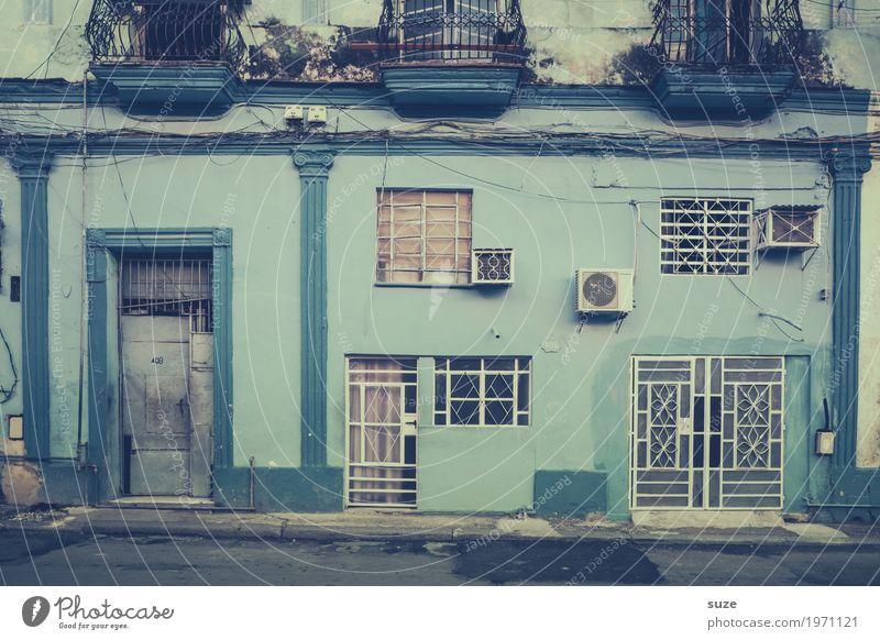 Altes Blau Ferien & Urlaub & Reisen blau Stadt Haus ruhig Fenster Leben Wege & Pfade Zeit Fassade Häusliches Leben Zufriedenheit Tür trist Kultur Armut