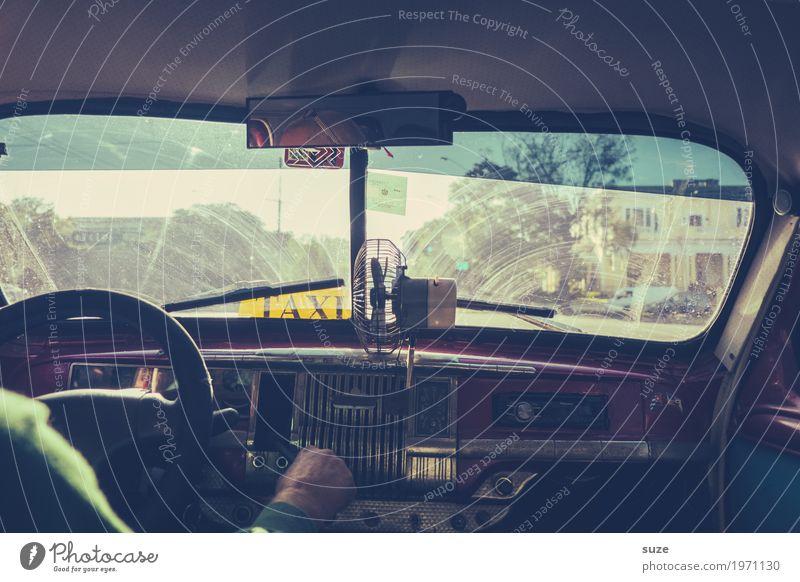 Taxi durch Havanna Ferien & Urlaub & Reisen Mann alt Sommer Erwachsene Lifestyle Autofenster Zeit PKW retro Kultur Abenteuer Wandel & Veränderung Vergangenheit