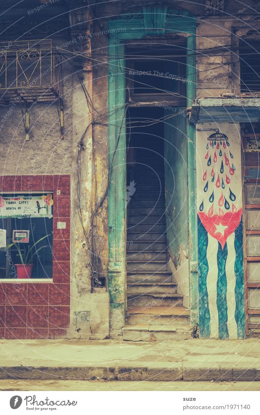 Offenheit Stil Ferien & Urlaub & Reisen Freiheit Städtereise Häusliches Leben Haus Kultur Stadt Altstadt Treppe Fassade Straße Graffiti Fahne alt Armut dreckig