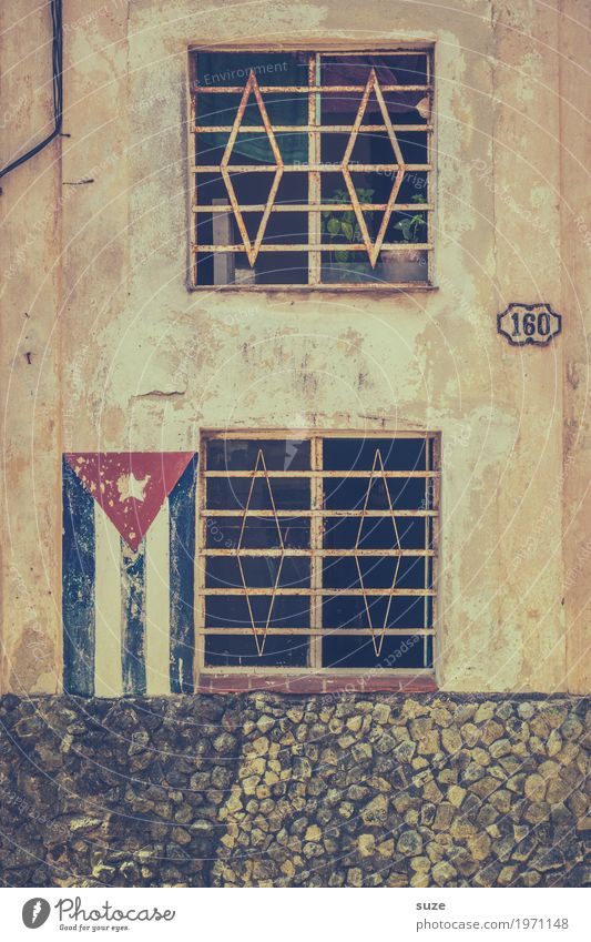 Kennzeichen Leben ruhig Freiheit Häusliches Leben Haus Kultur Stadt Stadtrand Altstadt Fassade Fenster Zeichen Fahne Armut rebellisch retro trist Stolz