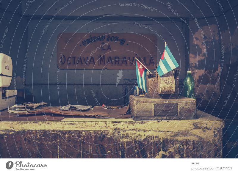 Ladentisch alt Haus dreckig Kultur Vergänglichkeit geschlossen kaputt Zeichen Vergangenheit Fahne Unbewohnt Kuba Ladengeschäft Nostalgie Politik & Staat Stolz