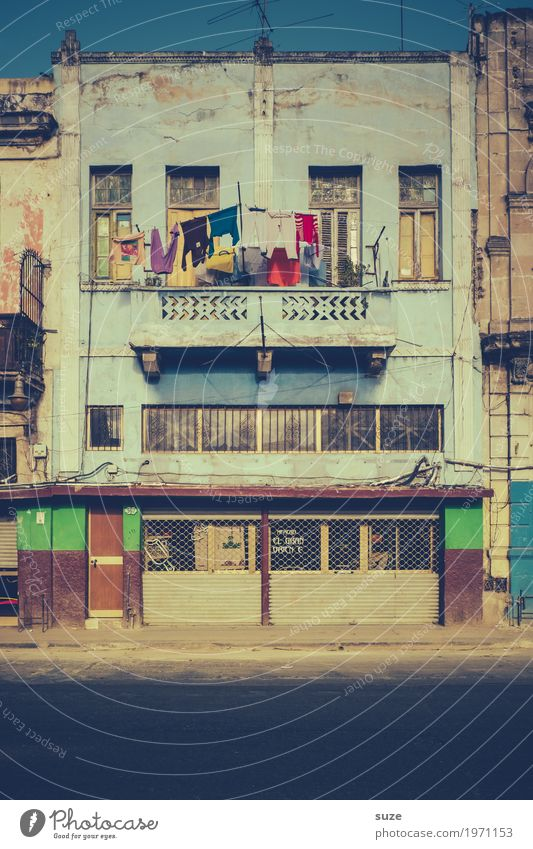 Abhänger Leben Ferien & Urlaub & Reisen Städtereise Häusliches Leben Haus Kultur Wärme Stadt Fassade Balkon Fenster Verkehrswege Straße alt Armut retro Verfall