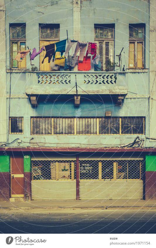 Buntes bei 30º Ferien & Urlaub & Reisen Stadt Haus Fenster Wärme Straße Leben Zeit Fassade Häusliches Leben retro Kultur Armut Vergänglichkeit Vergangenheit