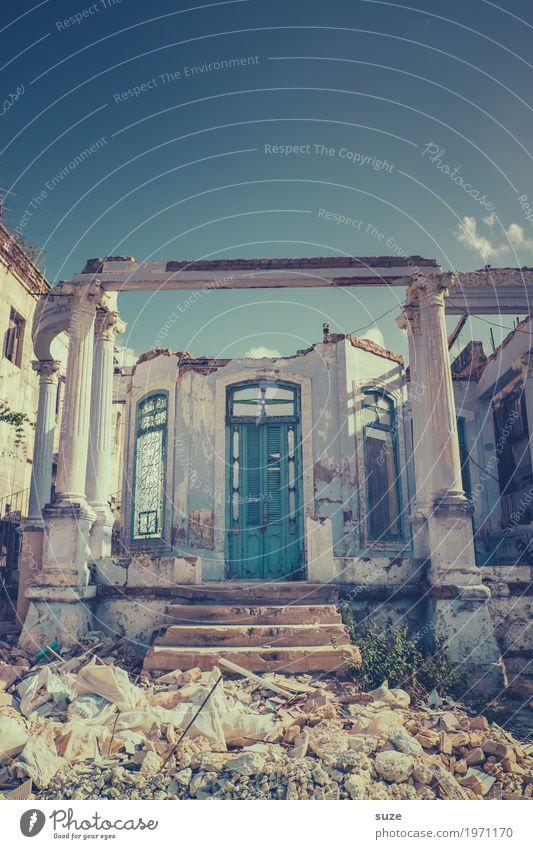 Grund zur Sorge Häusliches Leben Haus Kultur Stadtrand Ruine Treppe Fassade Fenster Tür Armut dreckig kaputt trist stagnierend Verfall Vergangenheit