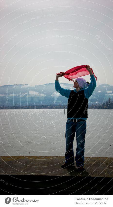 fliegen wollen Wasser Himmel blau rot Freude Berge u. Gebirge Glück Stein See glänzend Wind frei Fröhlichkeit Abenteuer Lebensfreude