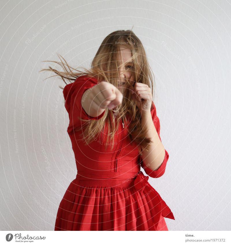 Jil Sport Fitness Sport-Training Kampfsport Boxsport feminin Frau Erwachsene 1 Mensch Kleid blond langhaarig beobachten Bewegung drehen Blick Konflikt & Streit