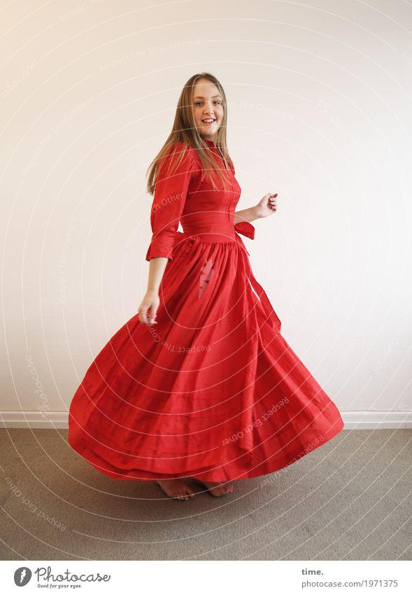 . Raum feminin Frau Erwachsene 1 Mensch Kleid Barfuß blond langhaarig beobachten Bewegung drehen Blick Tanzen Fröhlichkeit schön rot Lebensfreude selbstbewußt