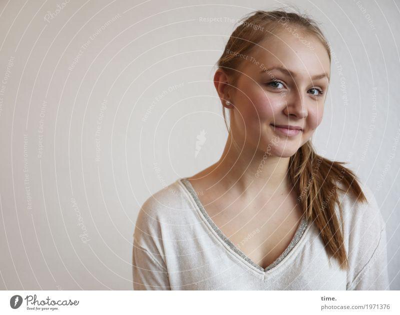 . feminin Frau Erwachsene 1 Mensch Hemd Ohrringe blond langhaarig Zopf beobachten Lächeln Blick Freundlichkeit natürlich schön Zufriedenheit selbstbewußt
