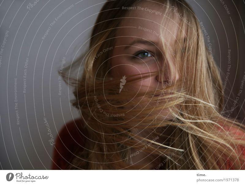 . feminin Junge Frau Jugendliche 1 Mensch Pullover blond langhaarig drehen fliegen Blick Tanzen träumen rebellisch schön wild Glück Fröhlichkeit Lebensfreude