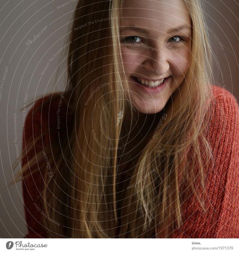 . feminin Junge Frau Jugendliche 1 Mensch Pullover blond langhaarig Lächeln lachen Blick Freundlichkeit Fröhlichkeit schön Freude Glück Zufriedenheit