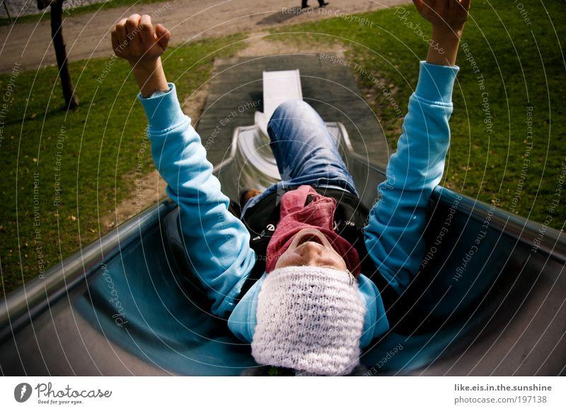 lebensfreude Freude Spielen Spielplatz Rutsche rutschen Garten Park Wiese liegen leuchten toben Fröhlichkeit Glück lustig blau grün silber Zufriedenheit