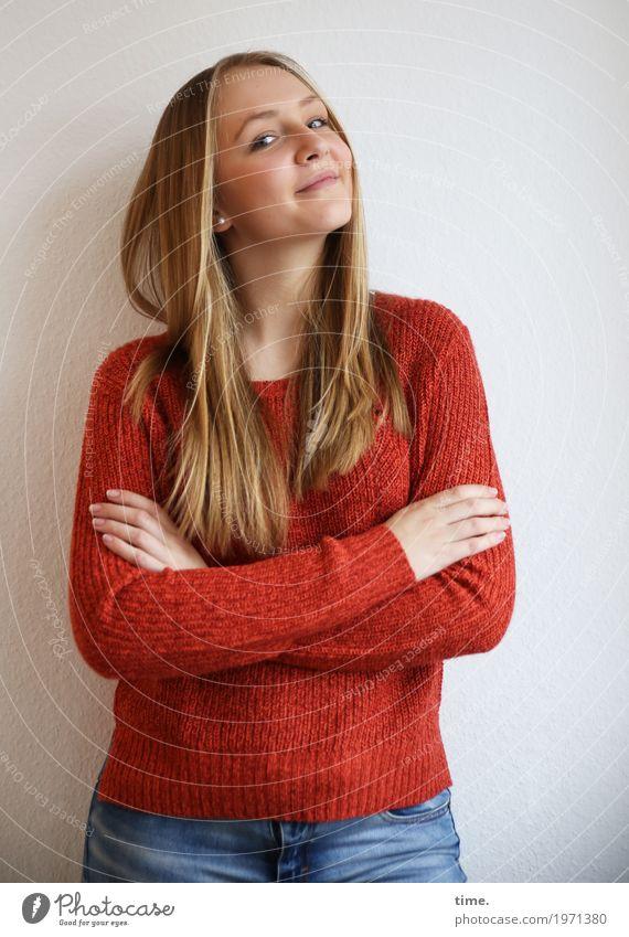 . feminin Junge Frau Jugendliche 1 Mensch Jeanshose Pullover blond langhaarig beobachten festhalten Lächeln Blick warten Freundlichkeit Fröhlichkeit schön