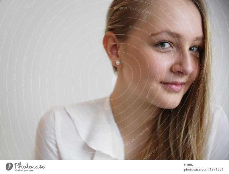 . Mensch Jugendliche Junge Frau schön ruhig Leben feminin Glück Denken Zufriedenheit blond Lächeln warten Lebensfreude beobachten Neugier