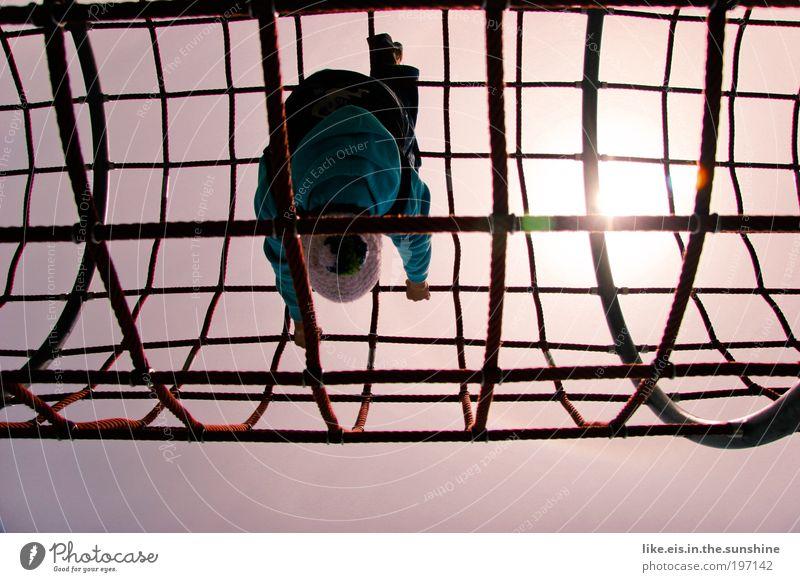 die welt steht kopf Freizeit & Hobby Spielen Klettern Spielplatz klettergerüst Netz 1 Mensch Himmel Sonne Sonnenlicht Mütze Stahl lachen Fröhlichkeit blau