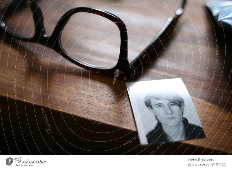 Dani Darko and hir glasses Fotografie Brille Tisch Kunststoff Haare & Frisuren Fotoautomat Holz Qualität Passbild Holztisch Farbfoto Innenaufnahme Nahaufnahme
