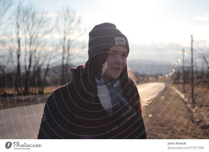 geschafft Mädchen Junge Frau Jugendliche 1 Mensch 13-18 Jahre Himmel Sonne Baum Fußgänger Straße Jacke Schal Mütze brünett langhaarig stehen blau braun