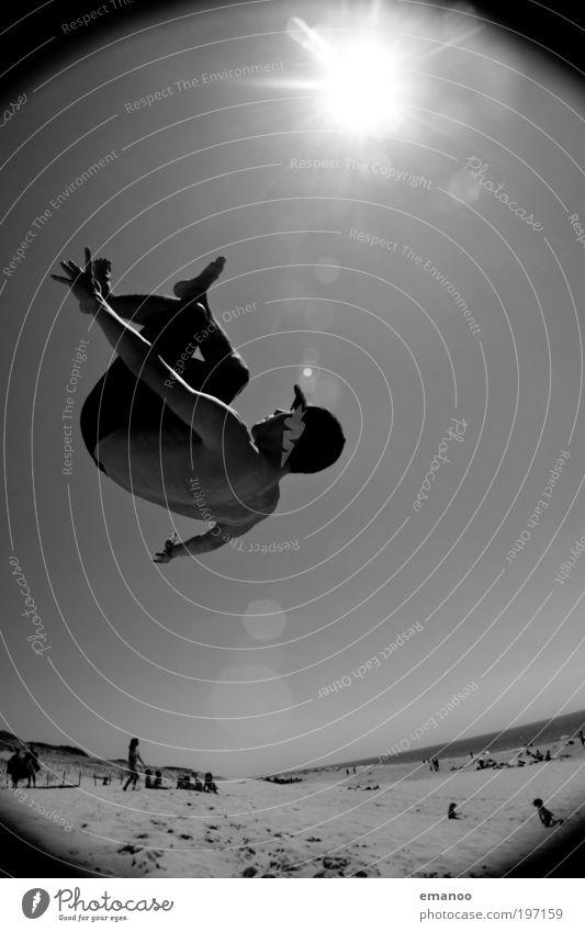 gestrandeter Salto Mensch Jugendliche Ferien & Urlaub & Reisen Sonne Sommer Meer Freude Strand Erwachsene Bewegung springen Küste Körper Freizeit & Hobby fliegen maskulin