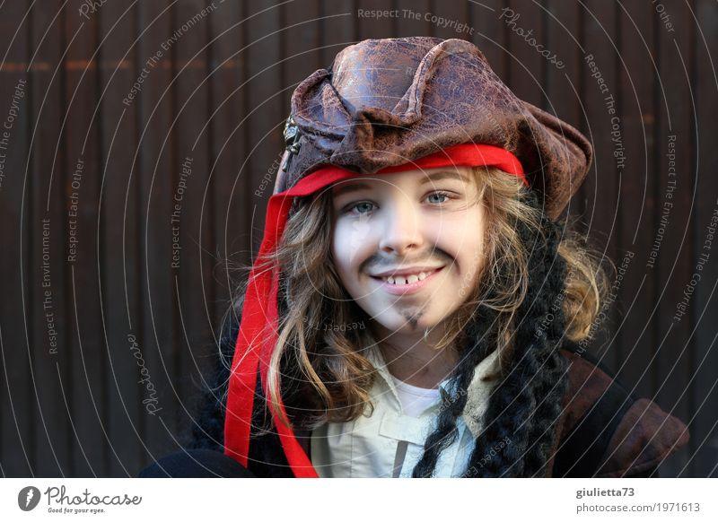 Mini Jack Sparrow Karneval Kind Junge Kindheit Leben 1 Mensch 8-13 Jahre Hut Kopftuch blond langhaarig Locken Bart Oberlippenbart Lächeln Glück schön braun