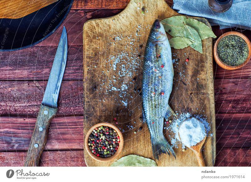 Frischer Fisch roch zum Kochen Lebensmittel Kräuter & Gewürze Ernährung Essen Diät Messer Tisch Küche Natur Holz Metall frisch lecker natürlich oben braun