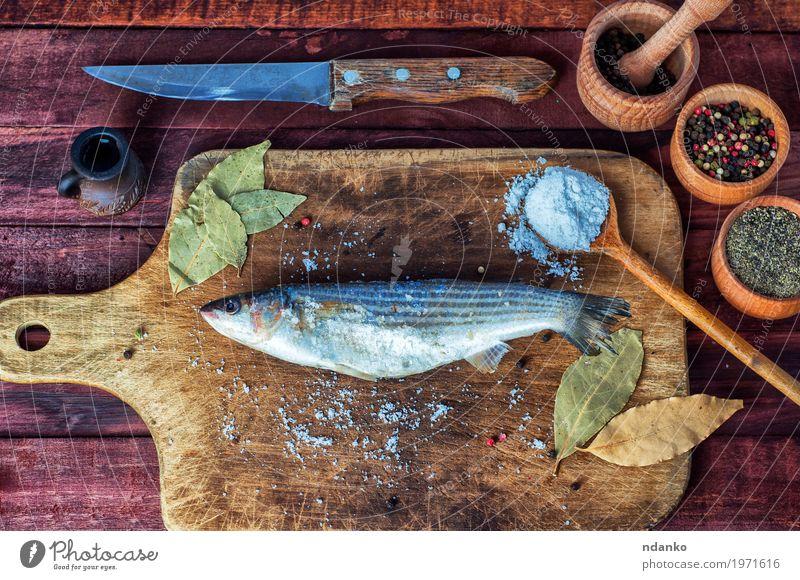 Frischer Fisch roch zum Kochen auf einem Küchenbrett Lebensmittel Kräuter & Gewürze Ernährung Essen Diät Messer Löffel Tisch Natur Holz Metall frisch lecker