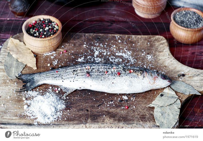 Lebender Fisch roch auf einem Küchenbrett mit Gewürzen Lebensmittel Kräuter & Gewürze Essen Schalen & Schüsseln Löffel Tisch Koch Holz Diät frisch natürlich