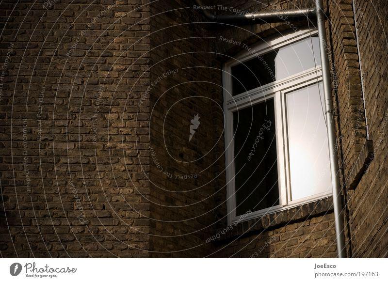 das fenster zum hof schön Haus dunkel kalt Fenster Wand Mauer träumen Wohnung Fassade bedrohlich Häusliches Leben beobachten Neugier Langeweile Fensterscheibe
