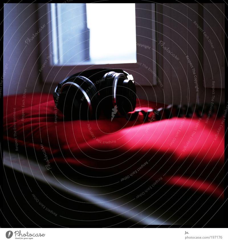 listen to rot Fenster Musik Technik & Technologie Kabel Lautsprecher genießen Kissen Raumausstattung Gebäude High-Tech Headset MP3-Player
