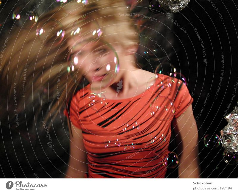 bubbles Mensch Wasser rot Freude Gesicht schwarz feminin Bewegung Haare & Frisuren träumen Zufriedenheit Tanzen Mode glänzend blond verrückt