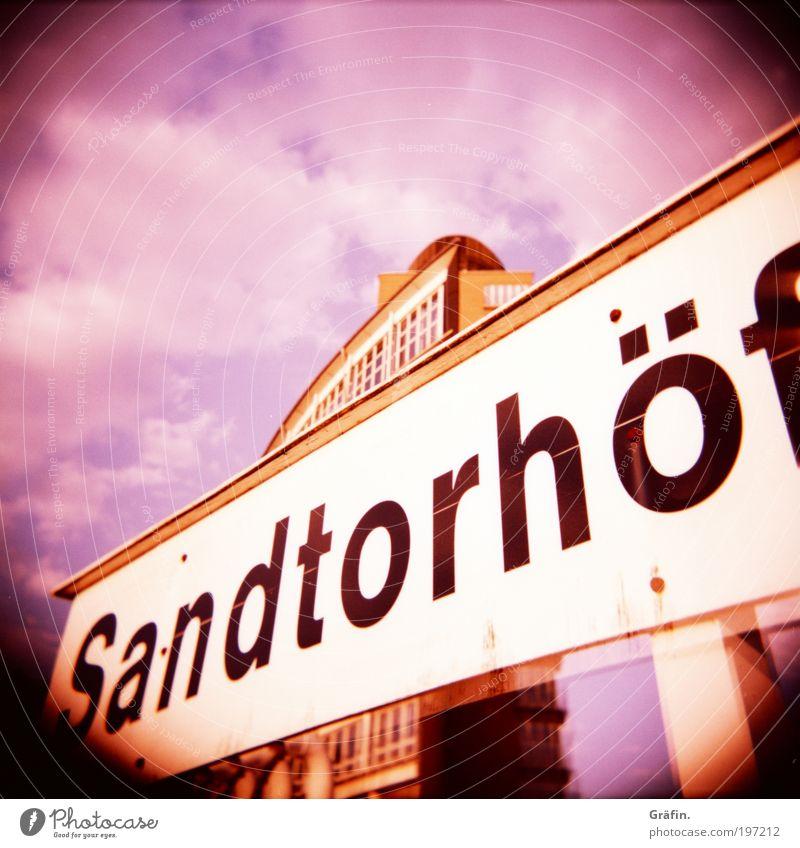 Warten auf die Fähre Hamburger Hafen Hochhaus Schriftzeichen Schilder & Markierungen schaukeln warten groß Stadt violett rosa Mobilität Tourismus