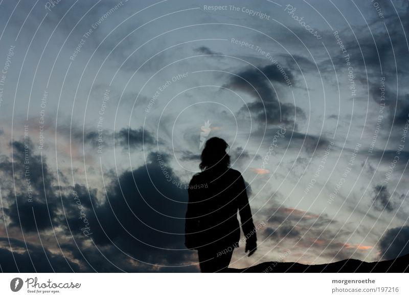 Identifikationsproblem wandern Mensch Haare & Frisuren Natur Landschaft Luft Himmel Wolken Schönes Wetter Berge u. Gebirge gehen blau schwarz Abenteuer Erholung