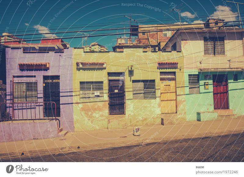 Jedem das Seine Ferien & Urlaub & Reisen Häusliches Leben Haus Kultur Wärme Stadtrand Architektur Fassade Fenster Tür Straße Wege & Pfade alt Armut