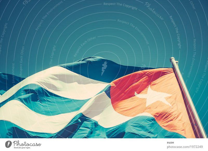 Lebendiger Stoff Freiheit Kultur Himmel Wolkenloser Himmel Wind Zeichen Streifen Fahne Bewegung rebellisch blau rot Stolz Politik & Staat Vergangenheit