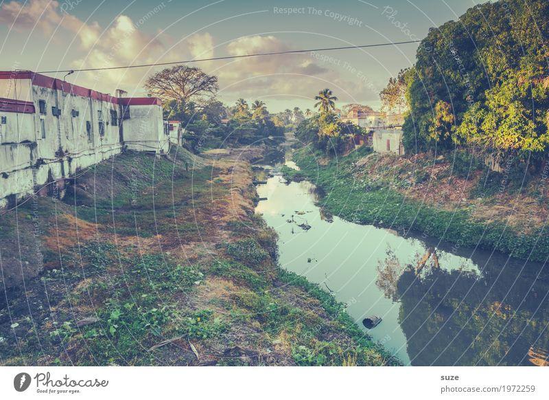 Abseits des Trubels Wasser Haus Zeit retro dreckig Kultur Armut Vergänglichkeit Wandel & Veränderung Vergangenheit Fluss Städtereise Müll Kuba Stadtrand Kanal