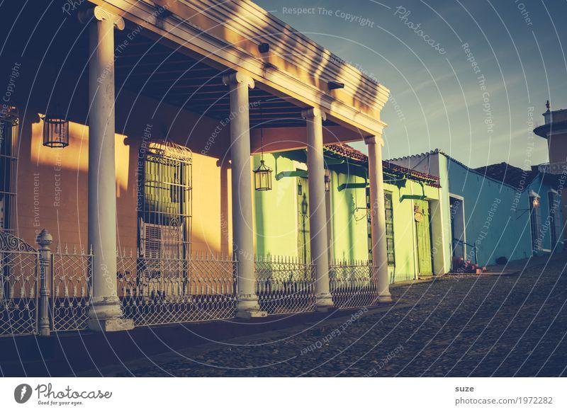 Die Sonne kräht Ferien & Urlaub & Reisen alt Haus ruhig Fenster Architektur Wärme Wege & Pfade Zeit Fassade Stimmung Häusliches Leben retro Tür Kultur Armut