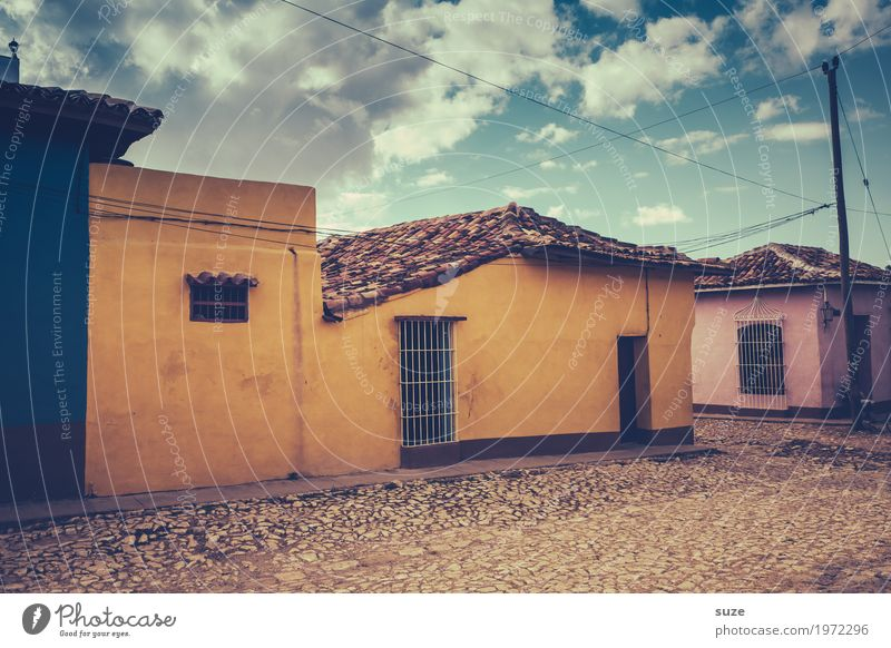Ausser Haus Einsamkeit ruhig Fenster Wärme gelb Wege & Pfade Zeit Fassade Häusliches Leben Zufriedenheit Tür Kultur Armut Vergänglichkeit geschlossen