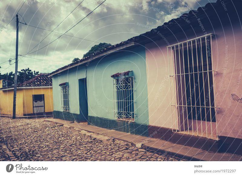Lebhaftes Schweigen Haus Einsamkeit ruhig Fenster Straße gelb Wege & Pfade Zeit Fassade rosa Häusliches Leben Zufriedenheit retro Armut Vergänglichkeit