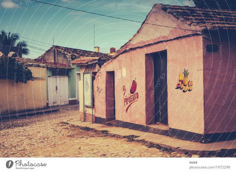 Vitaminarm Haus ruhig Fenster Wärme Wege & Pfade Zeit rosa Fassade Häusliches Leben Zufriedenheit Tür Kultur Armut Vergänglichkeit geschlossen kaputt