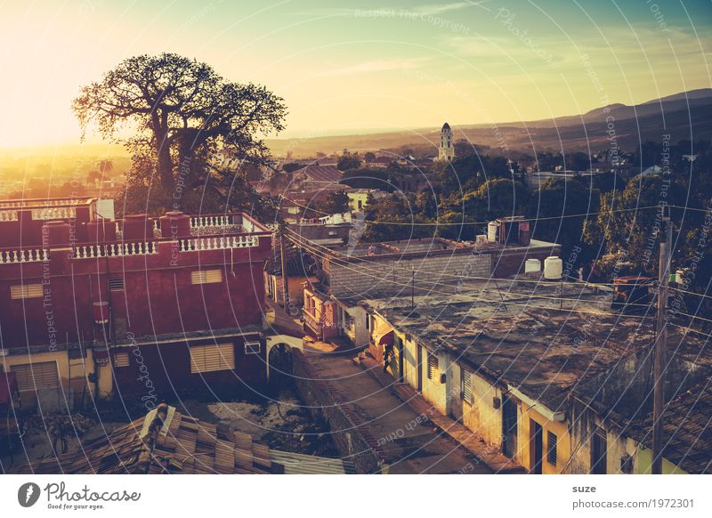 Sonne über Trinidad exotisch Ferien & Urlaub & Reisen Tourismus Häusliches Leben Haus Kultur Wärme Baum Stadtrand Hütte Architektur Dach Straße Wege & Pfade alt