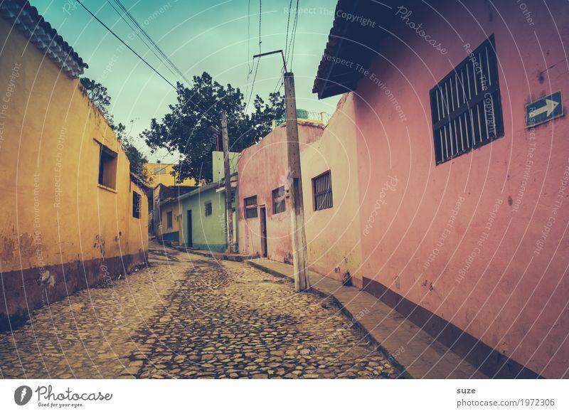 Stilleben Haus Einsamkeit ruhig Fenster Straße gelb Wege & Pfade Zeit Fassade rosa Häusliches Leben Zufriedenheit Kultur Armut Vergänglichkeit geschlossen