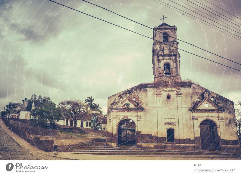 Nichts ist für die Ewigkeit Himmel Wolken Sturm Stadtrand Kirche Ruine Platz Bauwerk Gebäude Sehenswürdigkeit Wahrzeichen alt bedrohlich dreckig dunkel
