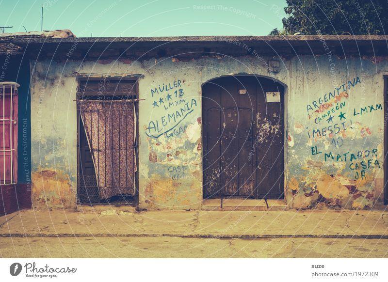 Zurückgezogen Ferien & Urlaub & Reisen alt Haus Straße Graffiti Wärme Wege & Pfade Zeit Fassade Häusliches Leben retro Tür dreckig Kultur Armut Vergänglichkeit