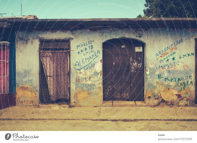 Zurückgezogen Ferien & Urlaub & Reisen Häusliches Leben Haus Kultur Wärme Stadtrand Fassade Tür Straße Wege & Pfade Graffiti alt Armut dreckig retro Sicherheit