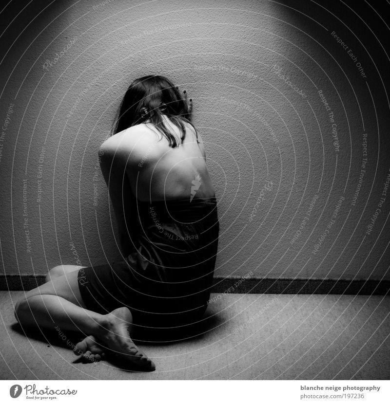 delicately breakable feminin Junge Frau Jugendliche Erwachsene Rücken 1 Mensch 18-30 Jahre Kleid hocken Traurigkeit weinen authentisch dunkel Erotik Gefühle